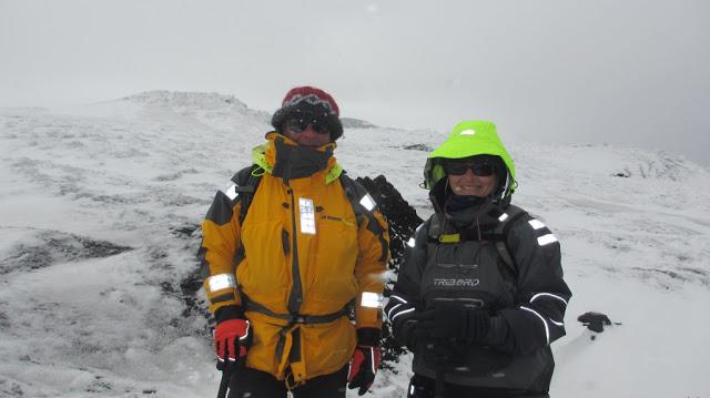 Sur le glacier avec nos vêtements de mer.